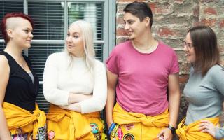 Turun AMK:n opiskelijoita juttelemassa keskenään.