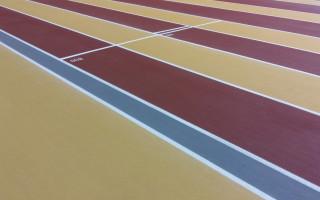 Kupittaan urheiluhallin yläkerrassa on uusi ja iloisenvärinen lattia.
