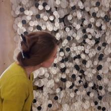Näyttelyamanuenssi Susanna Hujala ihailee Jacob Hashimoton teosta lähietäisyydeltä