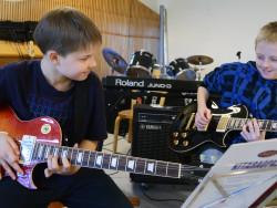 lapset_soittavat_kitaraa.jpg