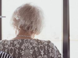 mummo_on_selin_ja_katsoo_ikkunasta_ulos_1600x757.jpg