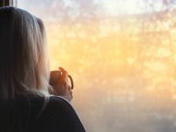 nainen_ikkunassa_istock-1097290378_1600x757.jpg