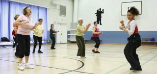 plus 55 naisia tanssimassa latinojumpassa