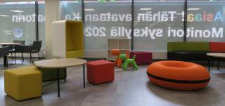 Kauppatorin Monitorin asiakastilat ovat viihtyisät, valoisat  ja värikkäät