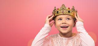 Tyttö laittaa kruunun päähänsä.