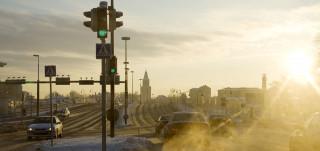Autoja ajaa hämeentiellä talvella