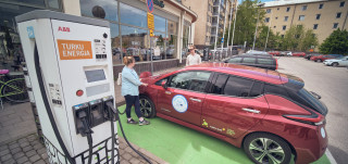 Sähköautoa ladataan latauspisteellä Turun keskustassa