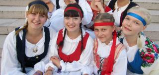 Kansallispukuiset tytöt Europeade-tapahtumassa