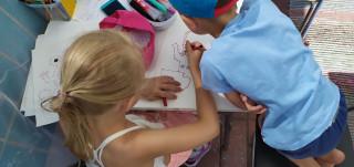 Tyttö ja poika piirtävät.