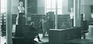 kirjaston avohyllyjä vanhassa valokuvassa