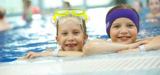 Lapsia uimassa Impivaaran uimahallissa