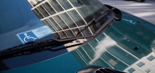 Invapysäköintitunnus auton tuulilasissa
