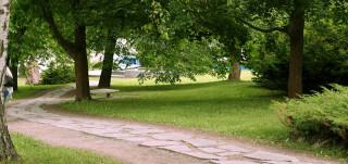 Kuvassa Itsenäisyydenaukion halki kulkeva liuskekivipolku