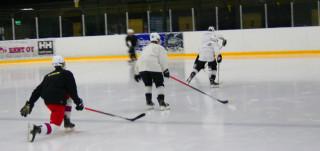 Jääkiekkoharjoitukset Impivaaran jäähallissa.