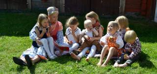 Lapsia perinneasuissa