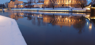 Kaupungintalo joelta katsottuna talvella
