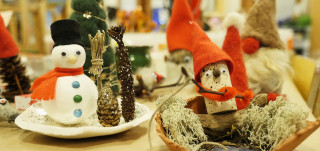 Joulupajoissa askarreltu lumiukko sekä tonttu.