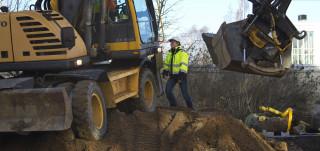 Kaivinkone kaivaa työmaalla