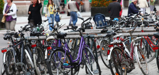 Polkupyöräparkissa on paljon polkupyöriä