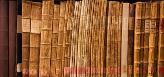 Asiakirjoja arkiston hyllyllä