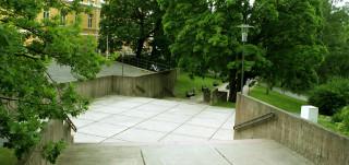 Koskenniemenaukio on moderni betonirakenteinen alue, jonka reunoilla kasvaa vanhoja puita