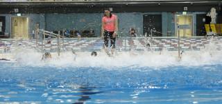 Koululaisryhmä Impivaaran uimahallissa
