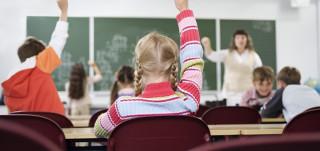 Lapset viittaavat luokassa