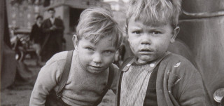 Christer Strömholm, Paris, 1983, hopeagelatiinivedos. Turun kaupungin taidekokoelma. Kuva: Raul Gigante, TMK
