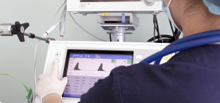 Sairaanhoitaja tarkkailee monitoria
