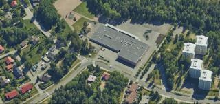 Lausteen koulu ilmakuva. Kuvassa näkyy myös kerrostaloja.
