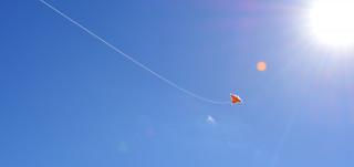 Leija aurinkoisella taivaalla