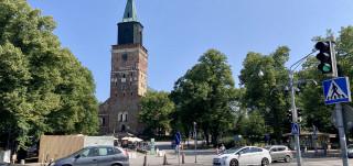 Liikennettä Tuomiokirkon edustalla