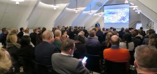 Täysi salillinen yleisöä kuuntelemassa Timo Hintsasen esitystä Linnanniemen kilpailuseminaarissa.