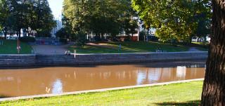 Lönnrotinpuisto kuvattuna Aurajoen toiselta puolen