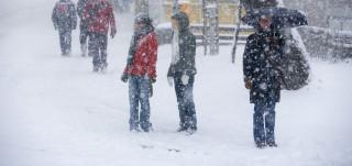 Luminen katu ja ihmisiä talvella