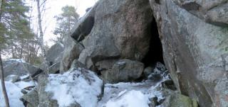 Kuvassa Luolavuoren luolan suuaukko talvella
