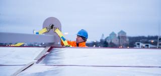 Mies tekee töitä satamassa