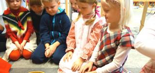 Lapset istuvat piirissä päiväkodissa