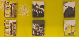 Kuusi taulua, joissa silkkipainolla painettuna talojen siluetteja seepian eri sävyissä.