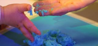 Seikkailupuistossa järjestetään värikylpytyöpajoja eri-ikäisille lapsille