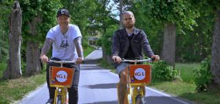 Osku Valtonen ja Juhani Koskinen pyöräilevät keltaisilla Föli-polkupyörillä Ruissalossa