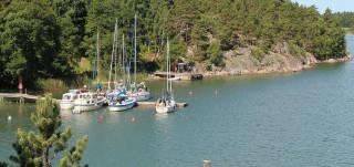 pähkinäisen rantaviivaa ja venelaituri