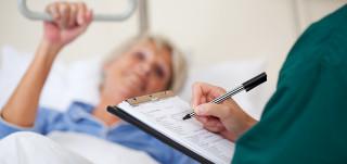 Hoitaja kirjaa potilaan tietoja