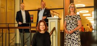 Minna Arve, Miriam Holstein, Mika Hannula ja Miikka Evesti seisomassa turvavälein TSYKin rappusissa.
