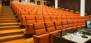 Nouseva auditorio, jonka istuimet ovat oranssin värisiä.