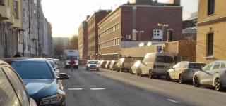 Pysäköityjä autoja kadun varressa