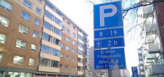 Pysäköintikyltti kadulla