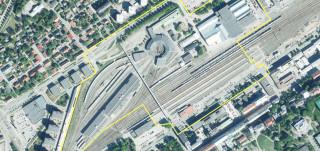 Ilmakuva ratapiha-alueesta ja siihen piirretty asemakaavoituksen aluerajaus.