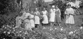Olga Haavisto ja Kylämäen palvelusväkeä juhannuksena. 1930-luku.