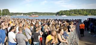 Ruisrock-yleisöä rantalavalla turva-aidan takana